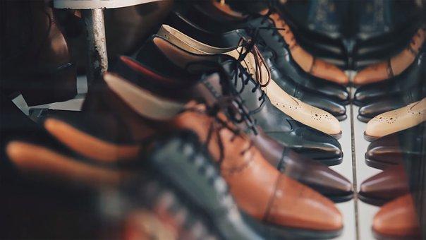 Assouplir des chaussures en cuir neuves.