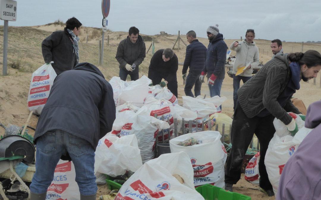 Journée ramassage des déchets sur la Plage Ste Barbe de Plouharnel dans le Morbihan.