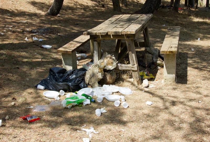 table-de-pique-nique-avec-des-déchets-59629110.jpg